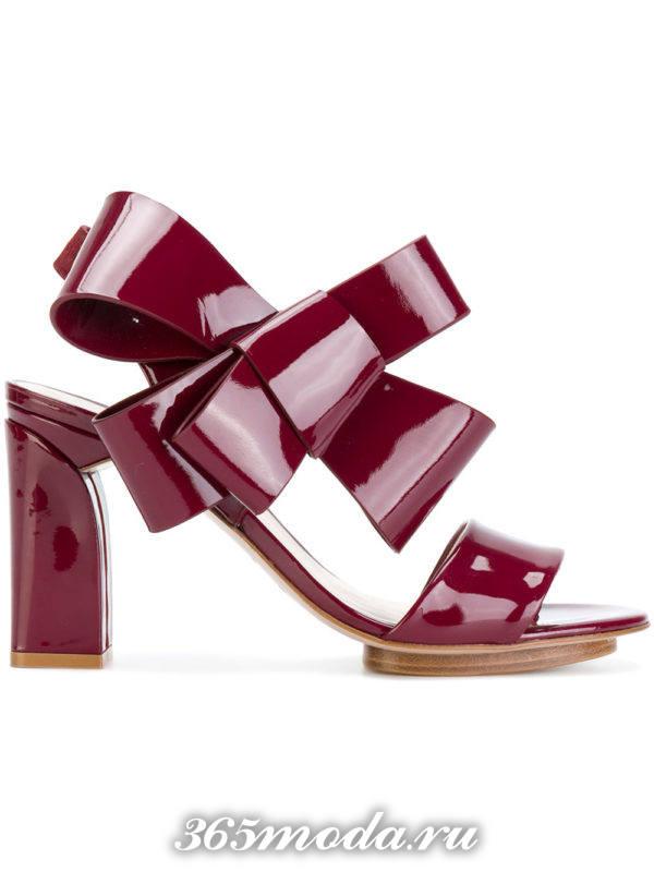 летние бордовые босоножки с декором на толстом каблуке