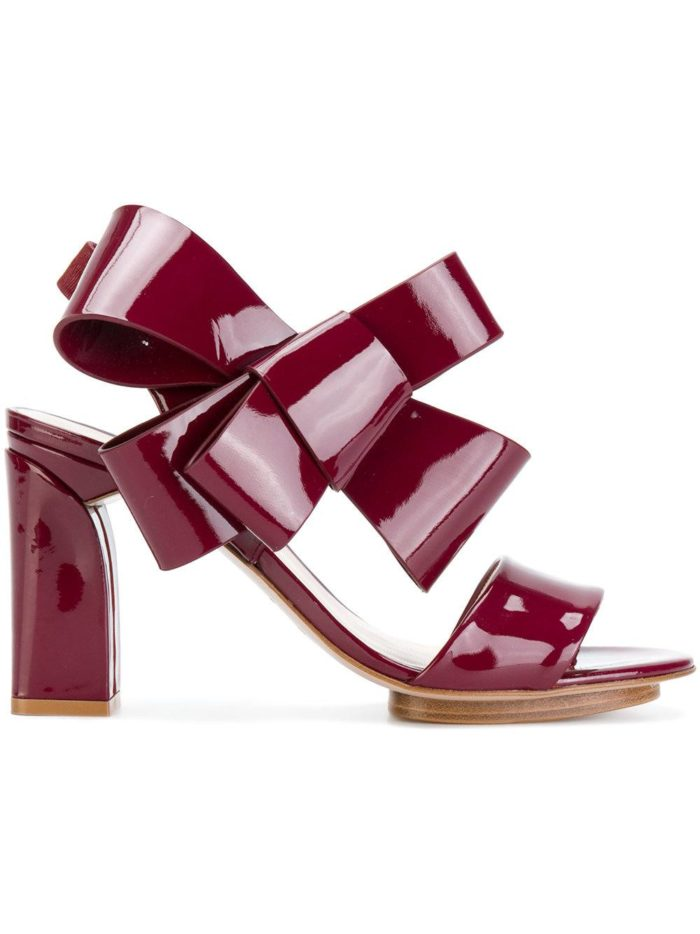 летняя женская обувь 2020: бордовые босоножки с декором на толстом каблуке