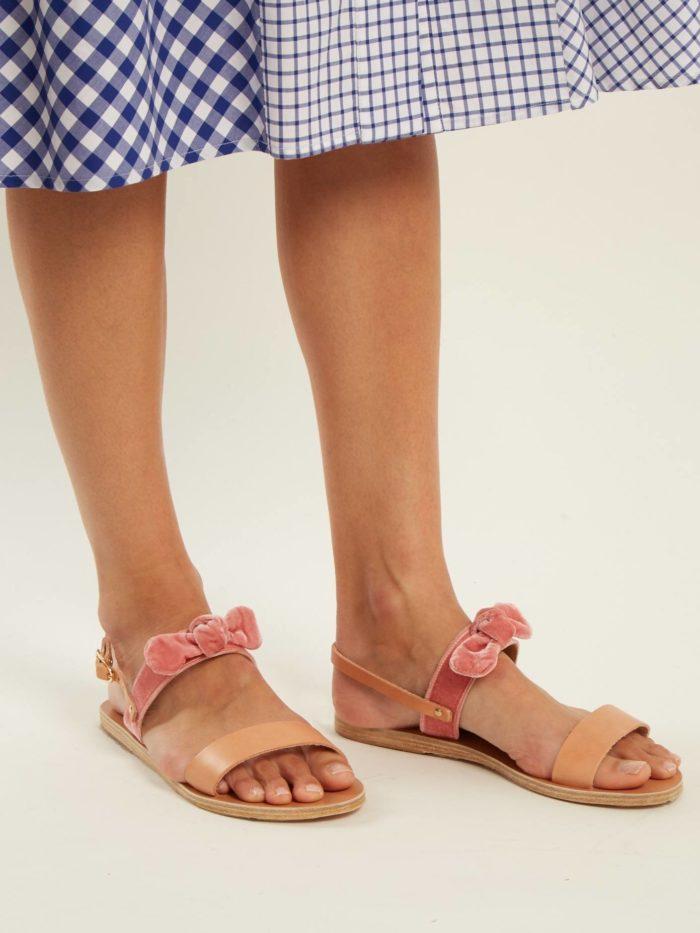 летняя женская обувь 2020: бархатные босоножки на низком ходу