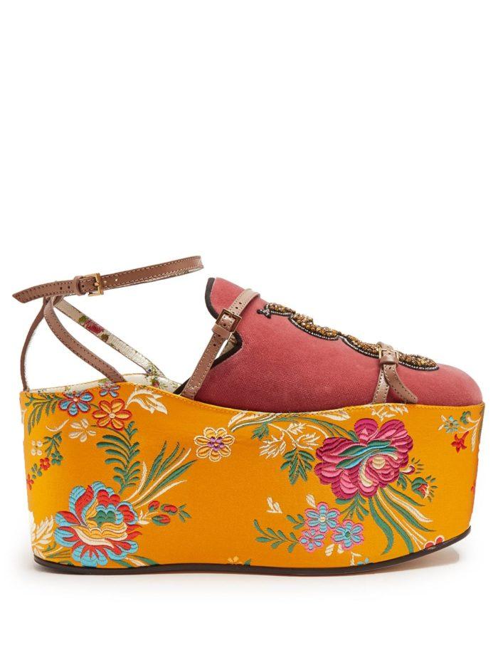 летняя женская обувь 2020: розовые босоножки на платформе с принтом