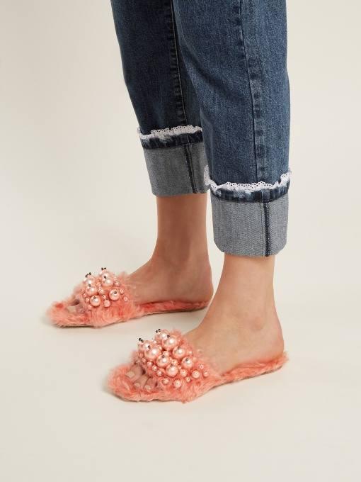 летняя женская обувь 2020: розовые меховые шлепки с декором