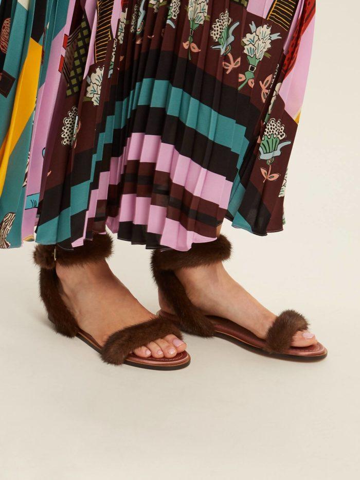 обувь лето 2020: меховые босоножки на низком ходу