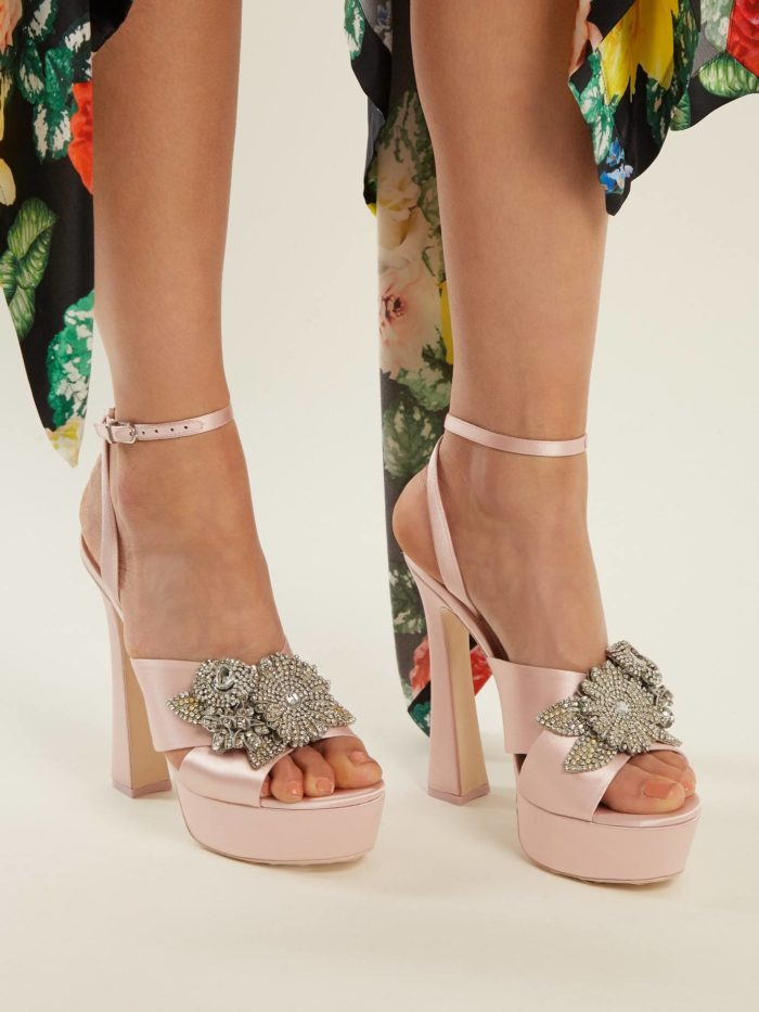 обувь лето 2020: розовые босоножки с декором на платформе