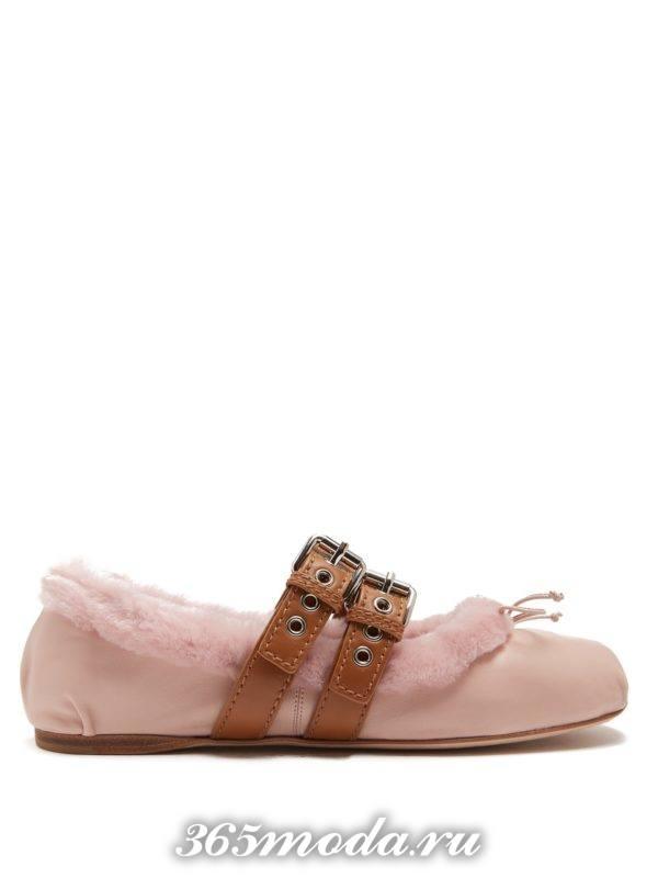 летние розовые балетки с мехом и ремешками