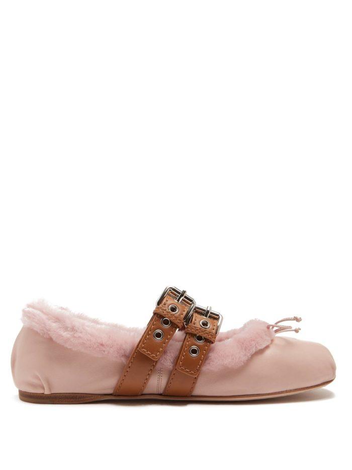 модная обувь лето 2020: розовые балетки с мехом и ремешками