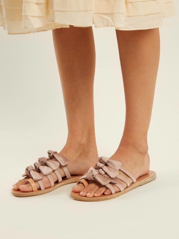 обувь лето 2020: розовые вьетнамки с бантиками на низком ходу
