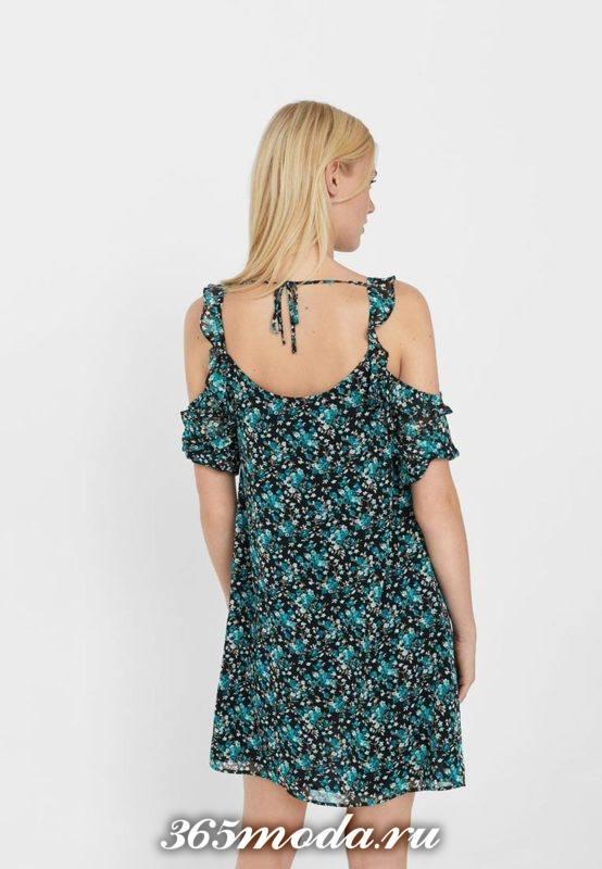 летнее платье с принтом и оборками с обнаженной спиной