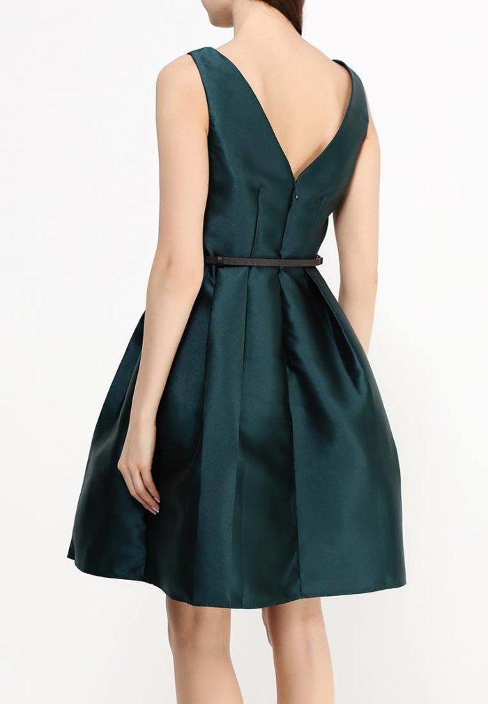 летнее зеленое пышное платье с обнаженной спиной