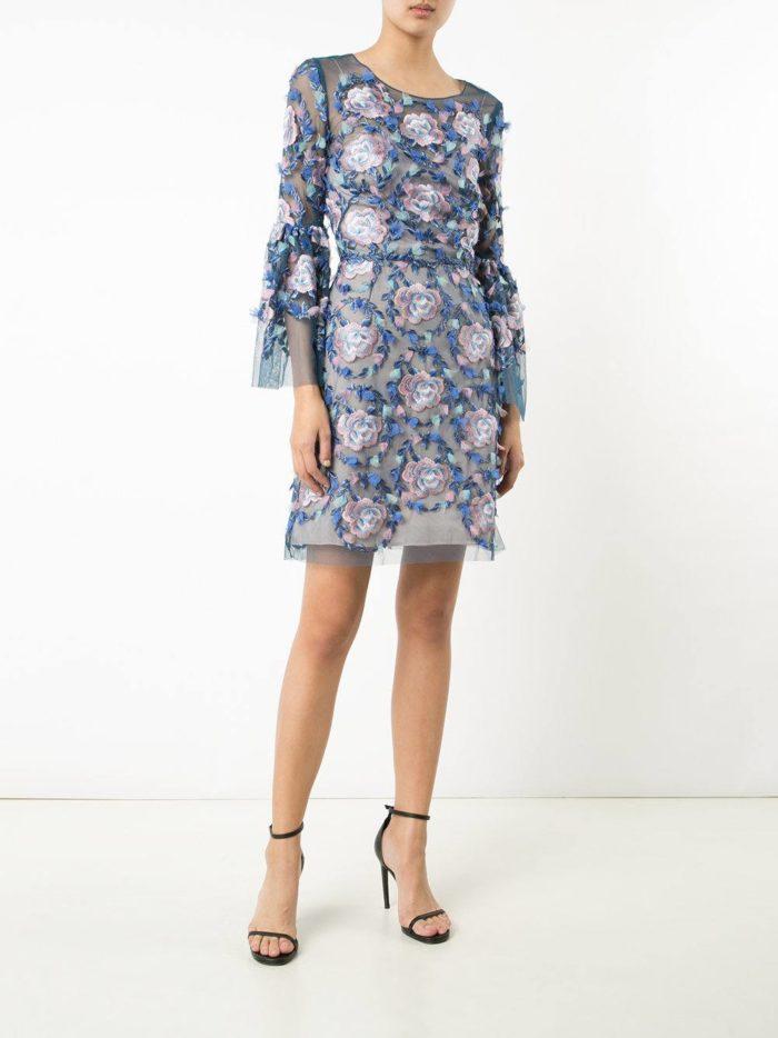 летнее платье футляр с поясом и принтом
