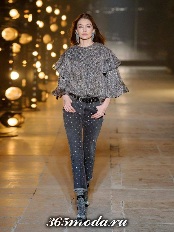 лук с джинсами с принтом и многослойной блузой осень-зима