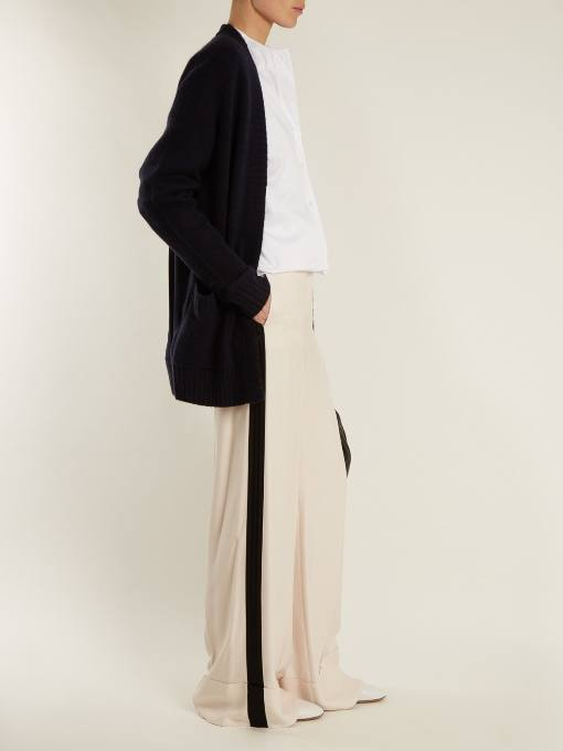 луки осень-зима: с брюками клеш с лампасами и черным кардиганом