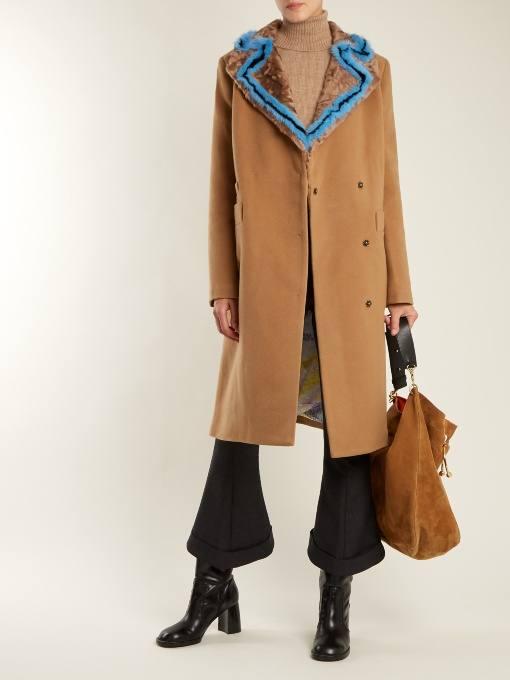 луки осень-зима: бежевое пальто с воротником