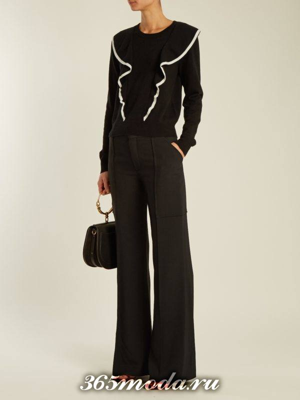 лук с черными брюками клеш и свитером с оборками осень-зима