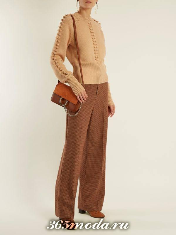 лук с коричневым свитером с декором и шырокими брюками осень-зима
