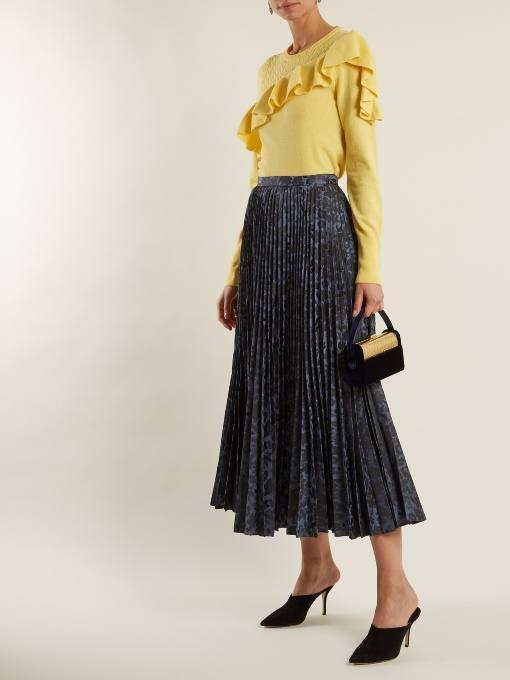 осенний лук: с желтым свитером с оборками и юбкой плиссе