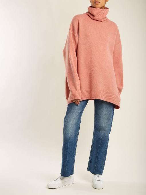 осенний лук: с розовым свитером оверсайз и прямыми джинсами