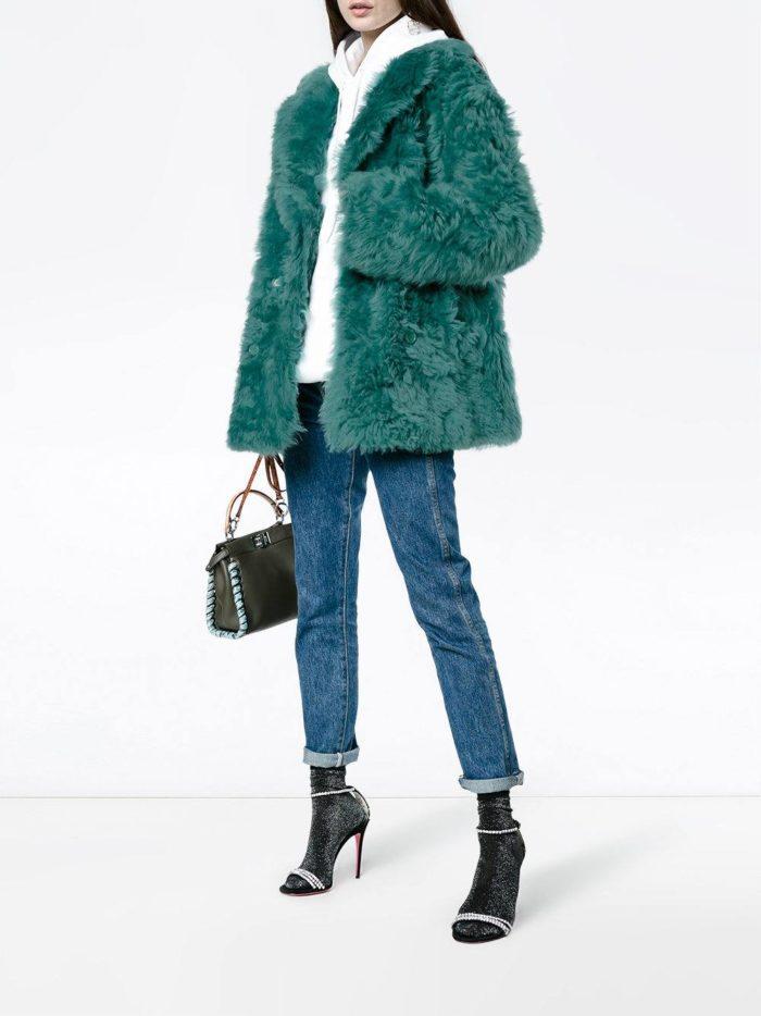 Модные луки осень-зима 2019-2020: короткая шуба с укороченными джинсами