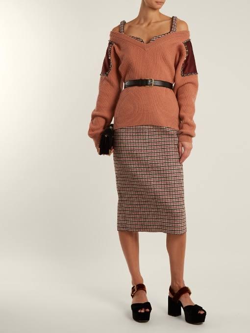 осенний лук: с свитером с открытыми плечами и юбкой карандаш