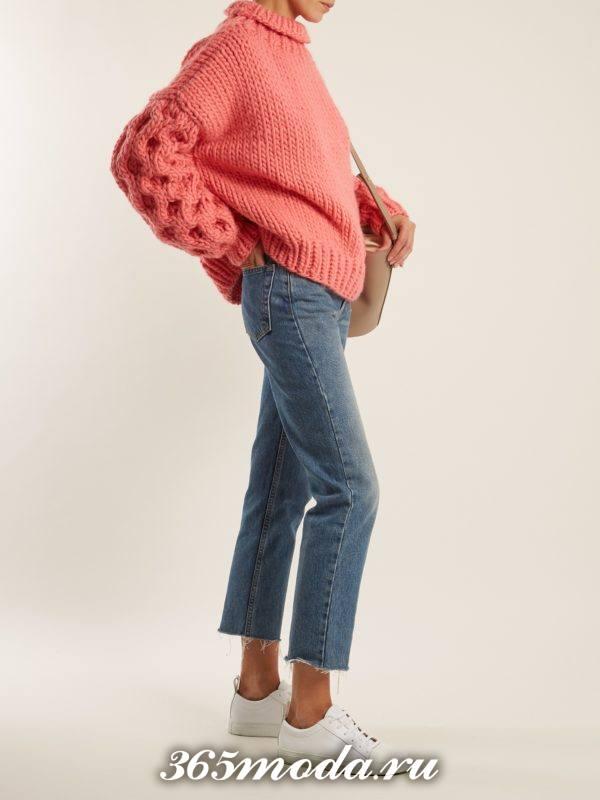лук с свитером оверсайз с укороченными джинсами осень-зима