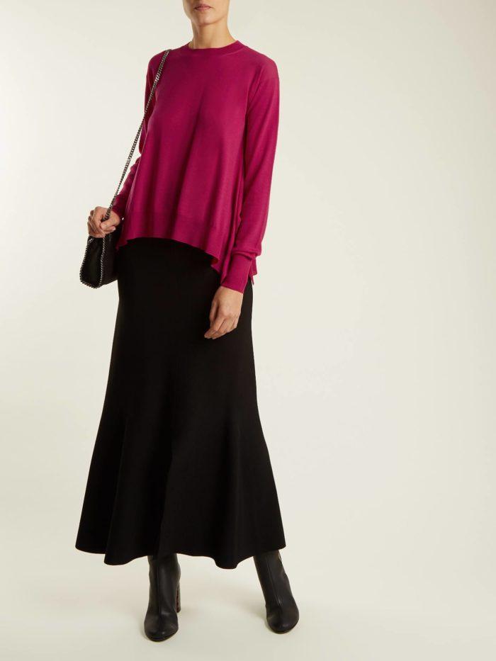 осенний лук: с асимметричным свитером и черной юбкой макси