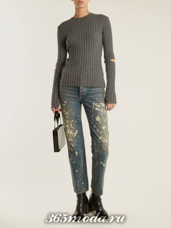 лук с серым свитером с разрезами и джинсами с декором осень-зима