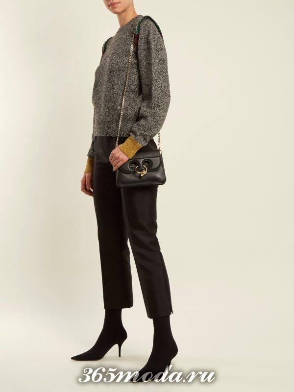 лук со свитером с оборками и укороченными черными брюками осень-зима