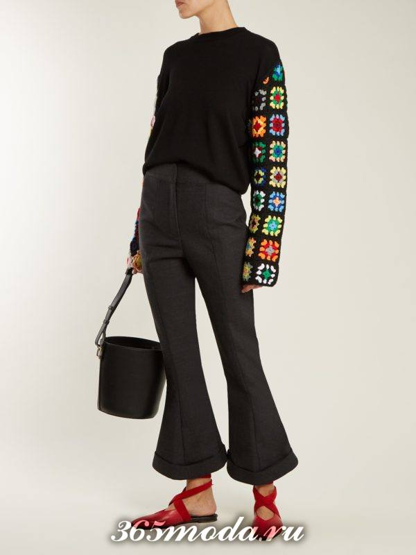 лук со свитером с принтом и брюками клеш осень-зима