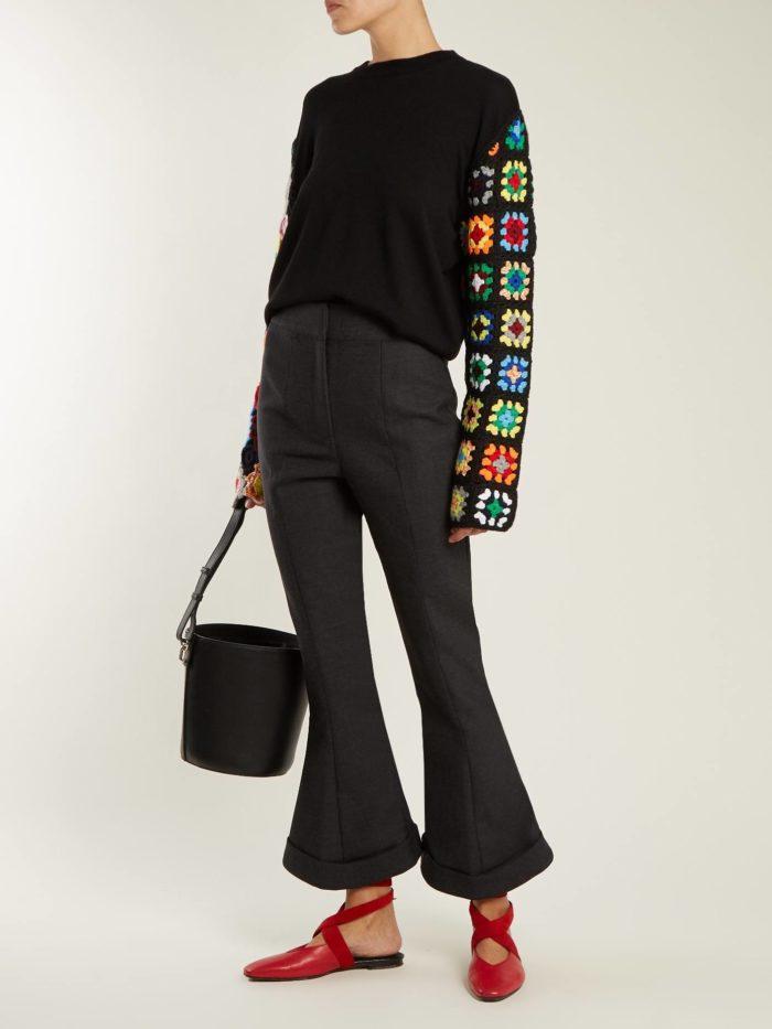 осенний лук: со свитером с принтом и брюками клеш