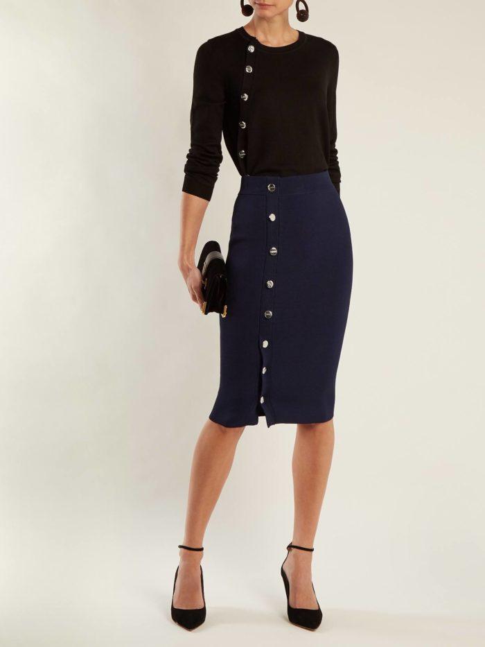 Модный осенний лук: с юбкой карандаш с пуговицами и свитером с пуговицами
