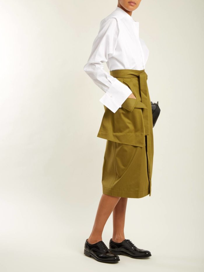 лук с зеленой юбкой с накладными карманами и белой блузой осень-зима