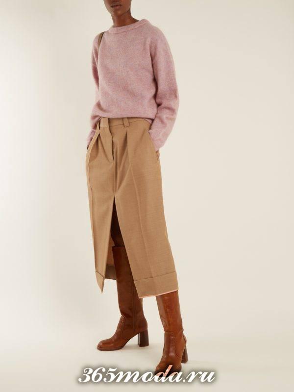 лук с бежевой юбкой с разрезом и сиреневым свитером осень-зима