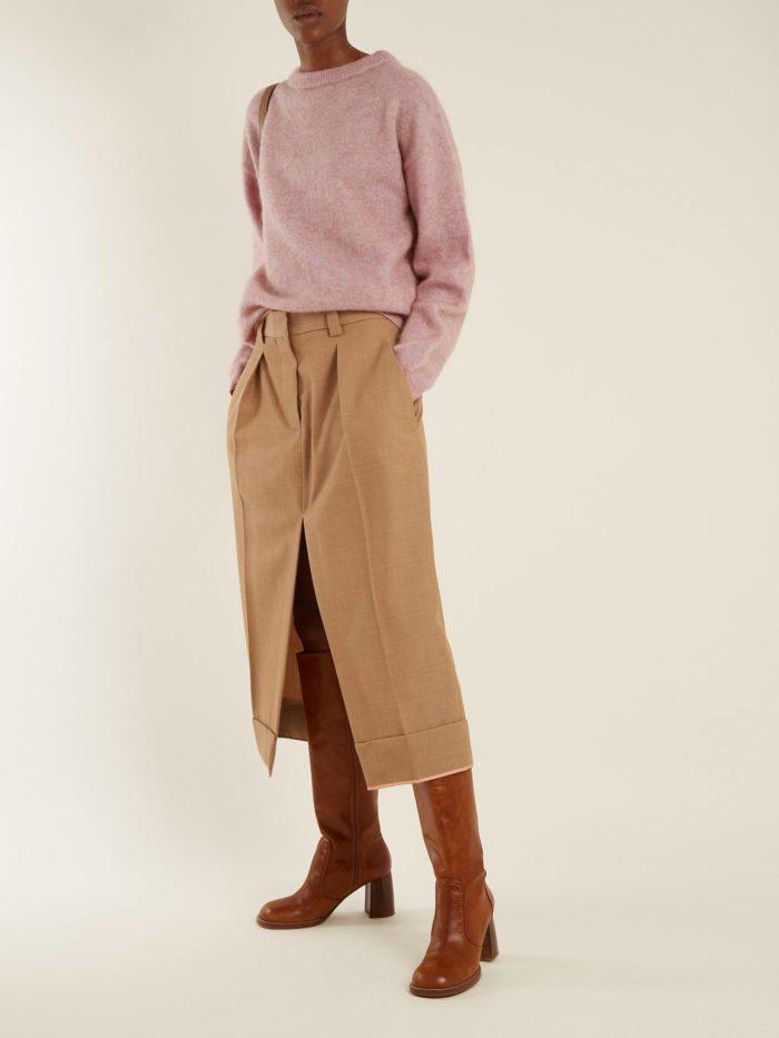 Модный осенний лук: с бежевой юбкой с разрезом и сиреневым свитером