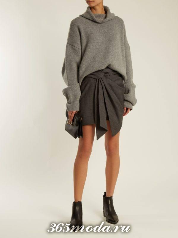 лук с асимметричной мини юбкой и серим свитером оверсайз осень-зима