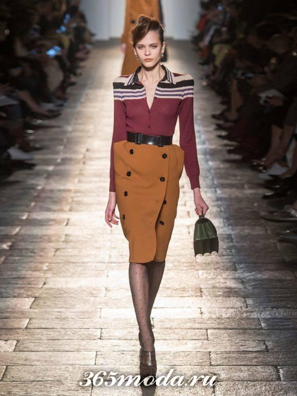 лук с коричневой юбкой карандаш и блузкой с полосками осень-зима