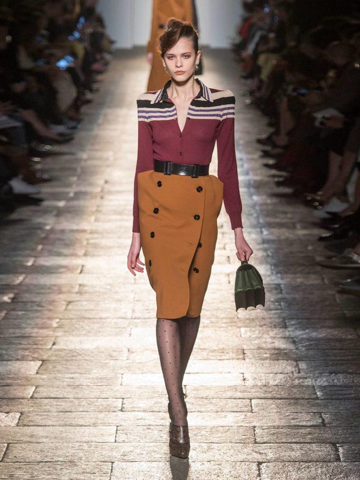 Модный осенний лук: с коричневой юбкой карандаш и блузкой с полосками