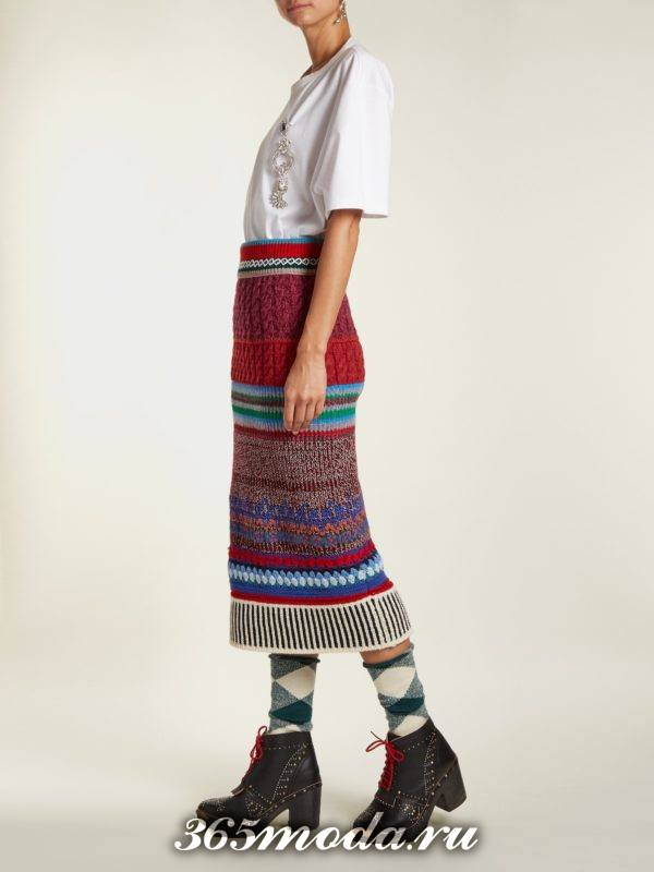 лук с вязаной юбкой карандаш и белым топом осень-зима