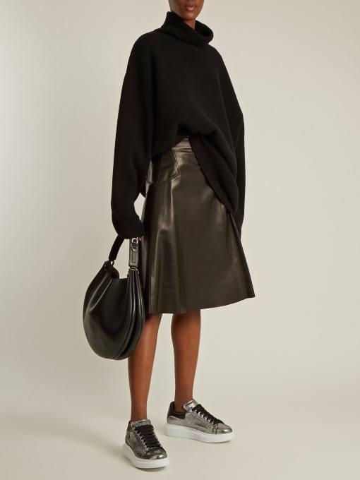 Модный осенний лук: с кожаной юбкой клеш и черным свитером