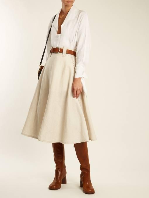 Модный осенний лук: с молочной юбкой клеш и белой блузкой