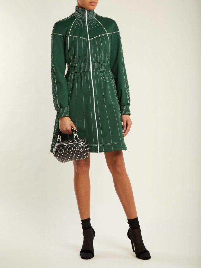 модный лук: с зеленым платьем под горло