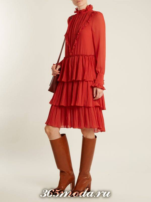 лук с многослойным красным платьем осень-зима