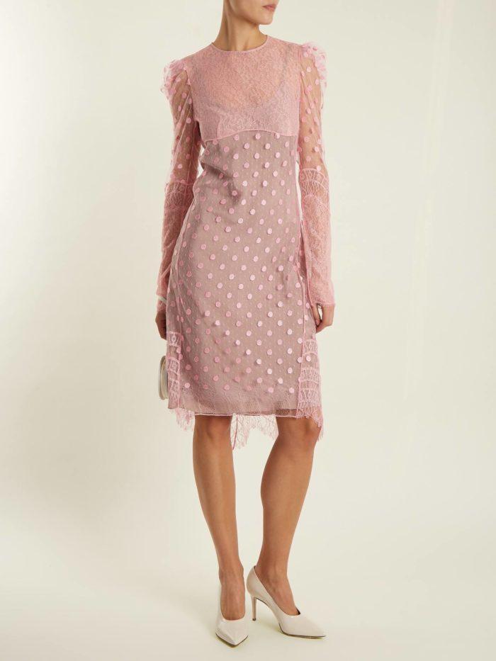 модный лук: с кружевным розовым платьем футляр