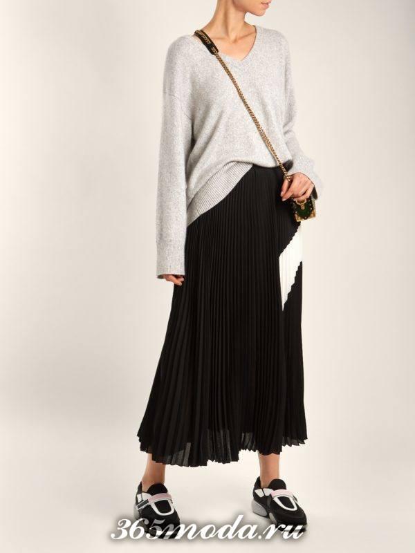 модный лук: с черными кроссовками на липучках и черной юбкой клеш