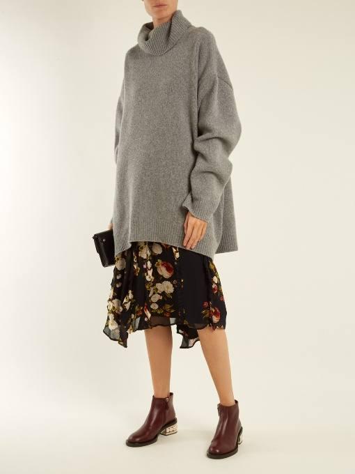 лук с ботинками на низком каблуке и серым свитером оверсайз осень-зима