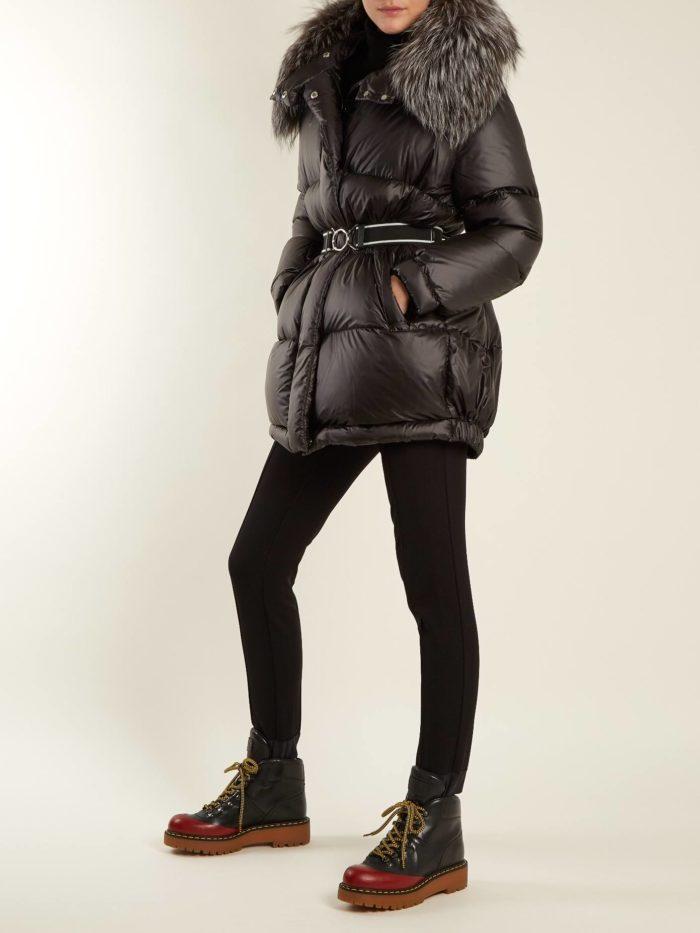 лук с двухцветными ботинками на шнуровке и черным пуховиком осень-зима