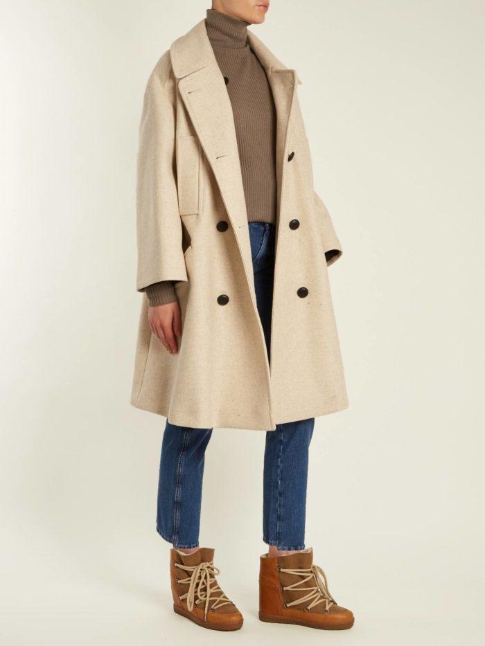 Модные луки осень-зима 2019-2020: со светлым плащем и коричневыми унтами