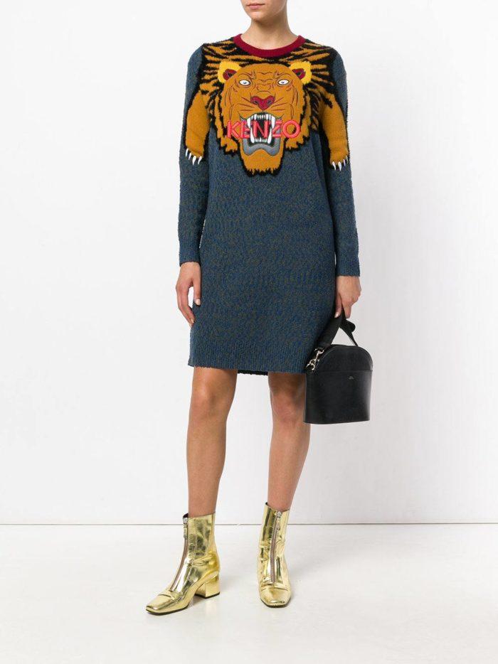 Модные луки осень-зима 2019-2020: с платьем свитером с рисунком и золотыми ботинками