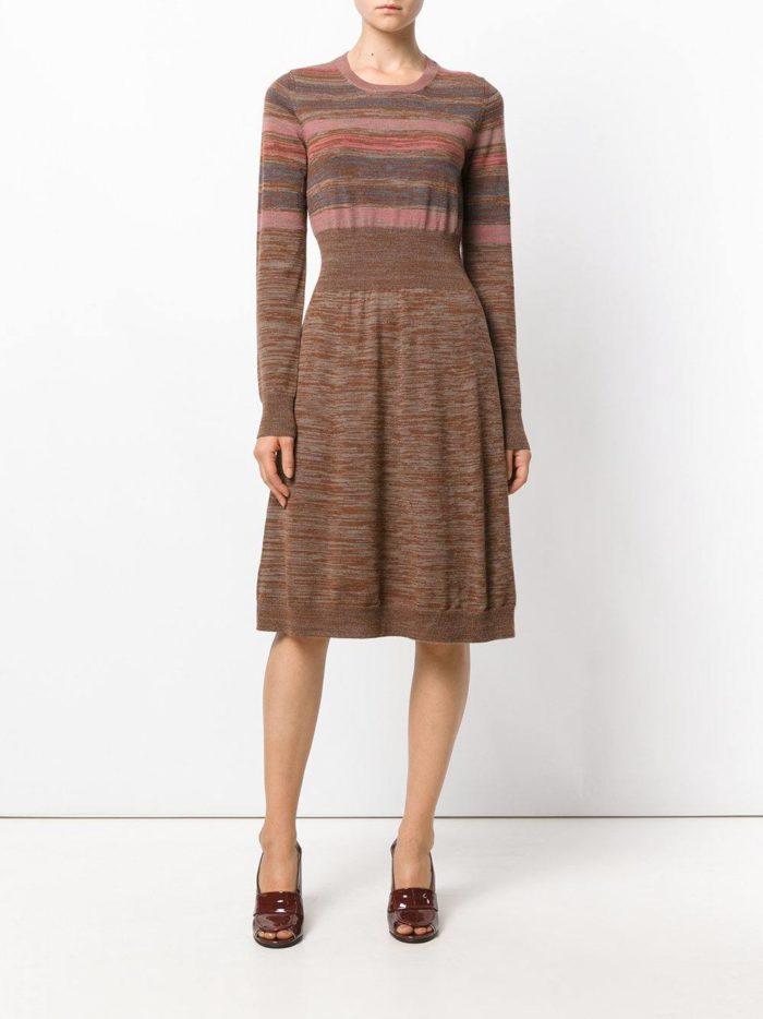 Модные луки осень-зима 2019-2020: с теплым платьем клеш и лаковыми туфлями