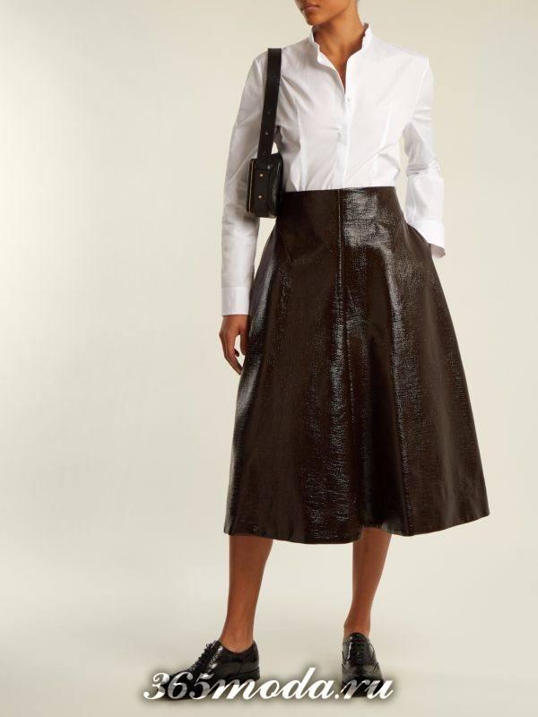 Модные луки осень-зима 2018-2019: с кожаной юбкой клеш с белой блузкой