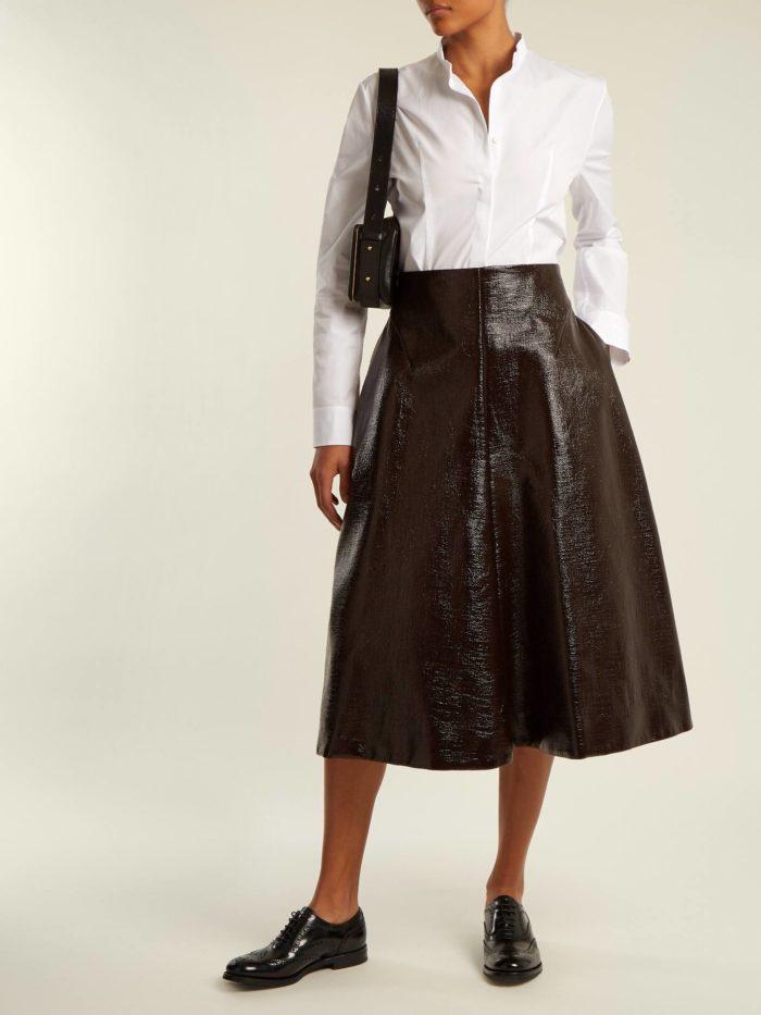 Модные луки осень-зима 2019-2020: с кожаной юбкой клеш с белой блузкой