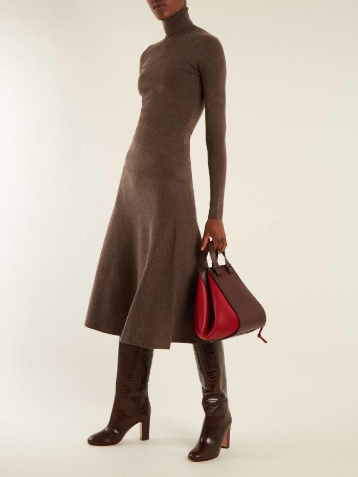 Модные луки осень-зима 2019-2020: коричневым вязаным комплектом и сапогами на каблуке